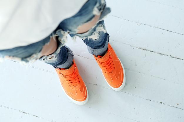 Garota em jeans rasgados