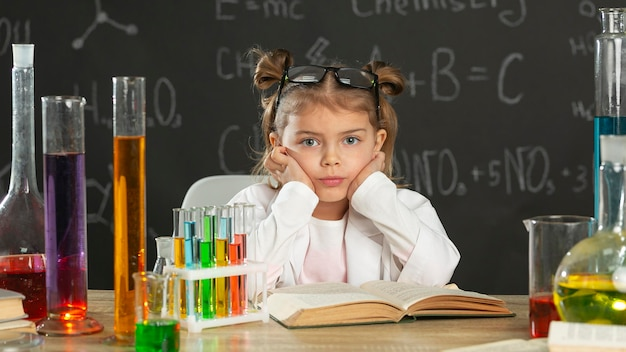 Garota em laboratório fazendo testes