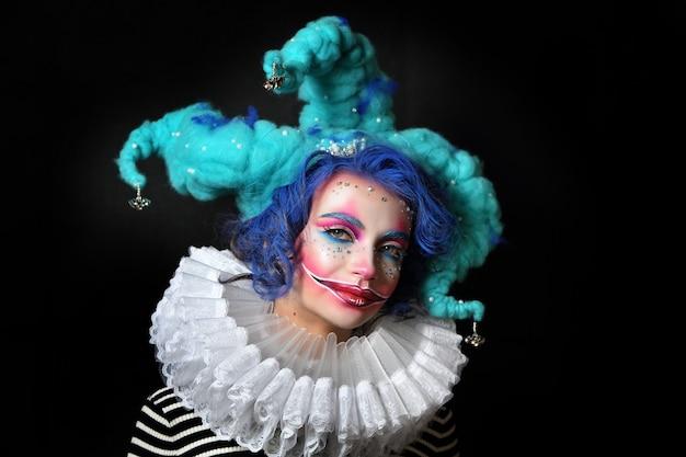 Garota em maquiagem e bobo da corte traje