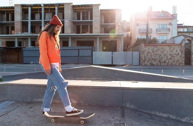 Garota em pleno tiro no skate