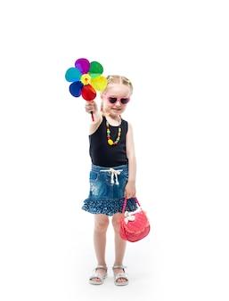 Garota em regata e saia com um brinquedo