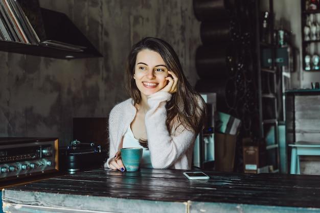 Garota em um café com um smartphone