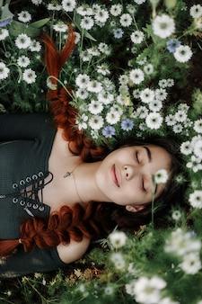 Garota em um campo de flores brancas