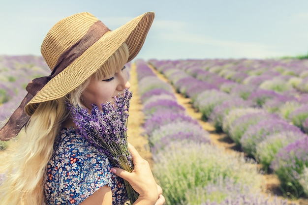 Garota em um campo de flores de lavanda.