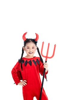 Garota em um diabo de fantasia de halloween