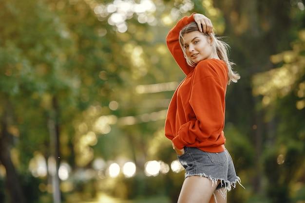 Garota em um parque de verão