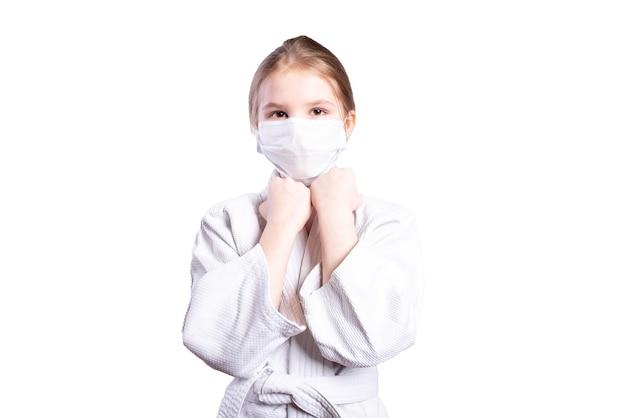Garota em um quimono de judô. treinado em máscara. isolado em um fundo branco. foto de alta qualidade