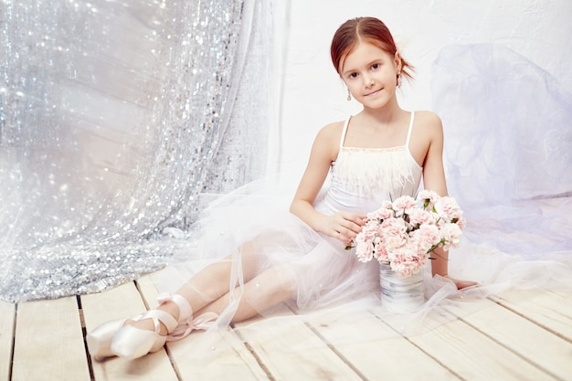 Garota em um vestido de baile branco e sapatos, lindos