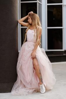 Garota em um vestido de noiva urbano