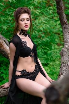 Garota em uma bela cueca preta na natureza
