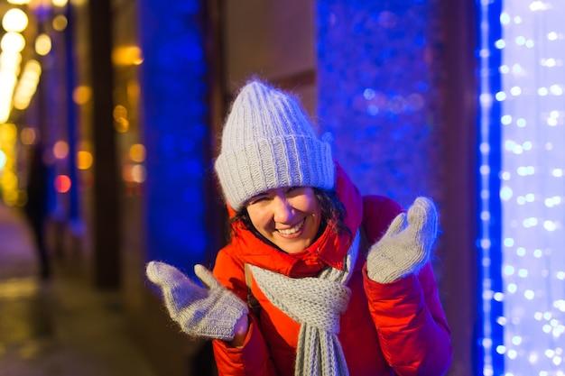 Garota em uma cidade à noite, floco de neve, natal, luzes, cidade, natal, e, inverno, feriados, conceito