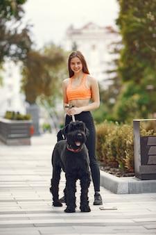 Garota em uma cidade de verão com cachorro
