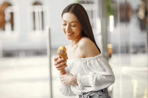 Garota em uma cidade de verão com sorvete