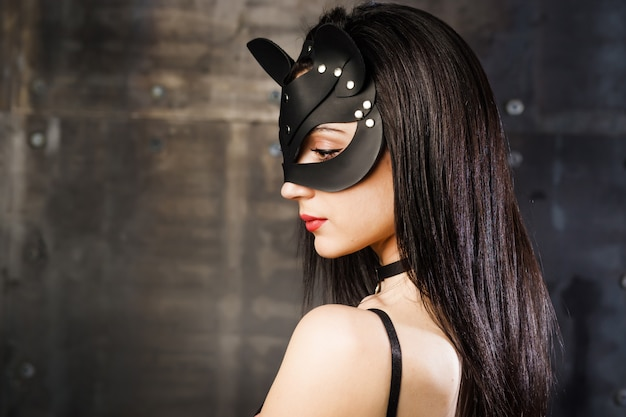 Garota em uma máscara de gato