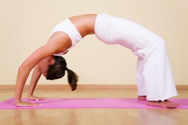 Garota em uma posição de ioga