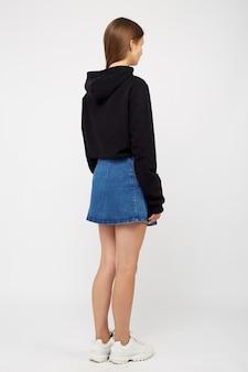 Garota em uma saia jeans e uma jaqueta preta
