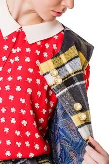 Garota em uma saia vermelha e camisa de bolinhas