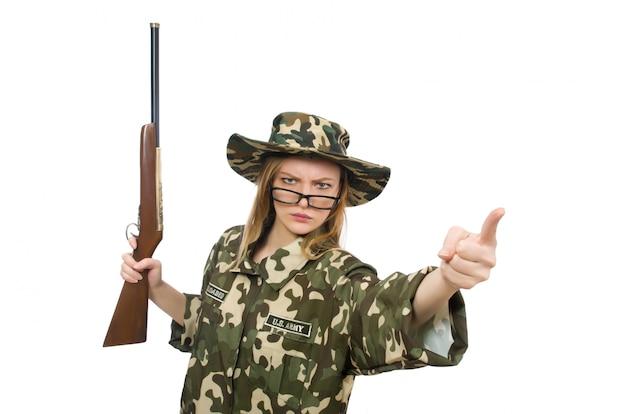 Garota em uniforme militar, segurando a arma isolada no branco