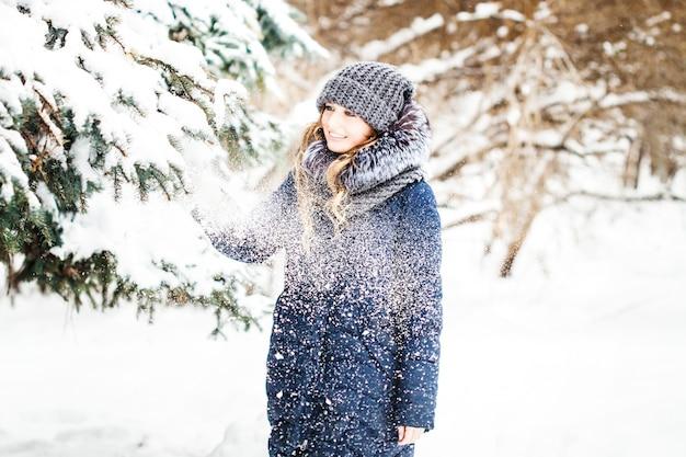 Garota em winter park coberto de neve