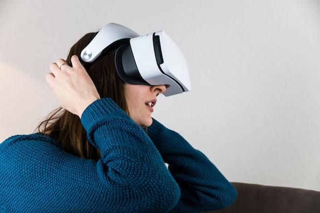 Garota emocional com fone de ouvido de realidade virtual