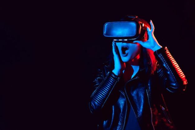 Garota emocional em óculos de realidade virtual mergulha no ciberespaço