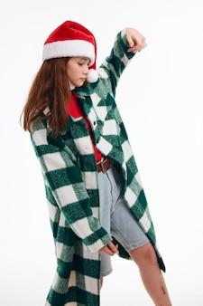 Garota emocional gesticulando com seu estúdio de férias de roupas de ano novo de mãos. foto de alta qualidade