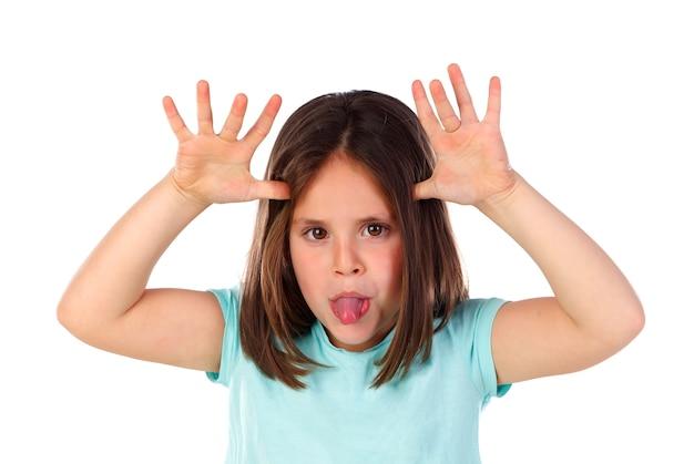 Garota engraçada com camisa azul, tirando sarro, olhando para a câmera