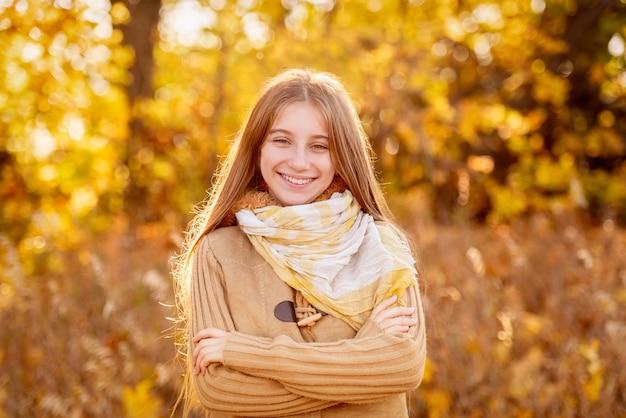 Garota engraçada com folha de outono
