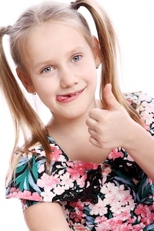 Garota engraçada com o polegar para cima