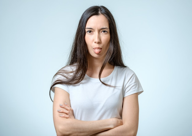 Garota engraçada enfiar a língua de fora