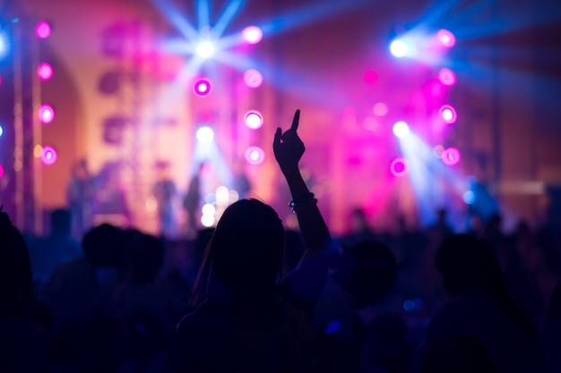 Garota engraçada mão em concerto