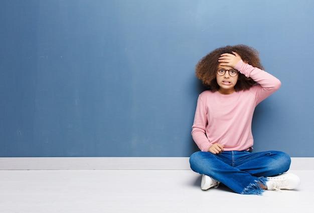 Garota entrando em pânico por um prazo esquecido, sentindo-se estressada, tendo que encobrir uma bagunça ou erro