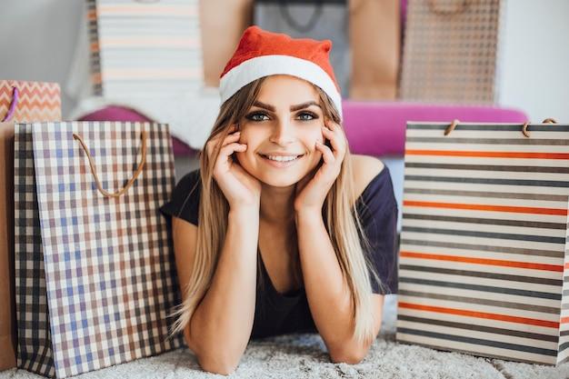 Garota entre presentes de natal
