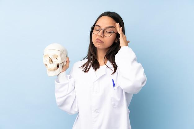 Garota especialista forense da polícia em parede isolada com dor de cabeça