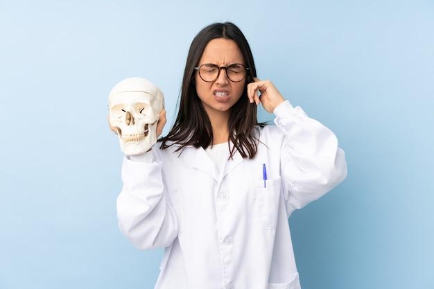 Garota especialista forense da polícia em um fundo isolado frustrada e cobrindo os ouvidos
