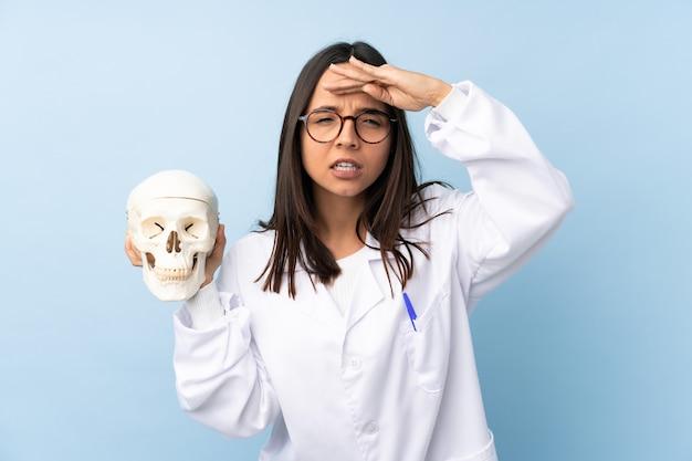Garota especialista forense da polícia em uma parede isolada olhando para longe com a mão para olhar algo