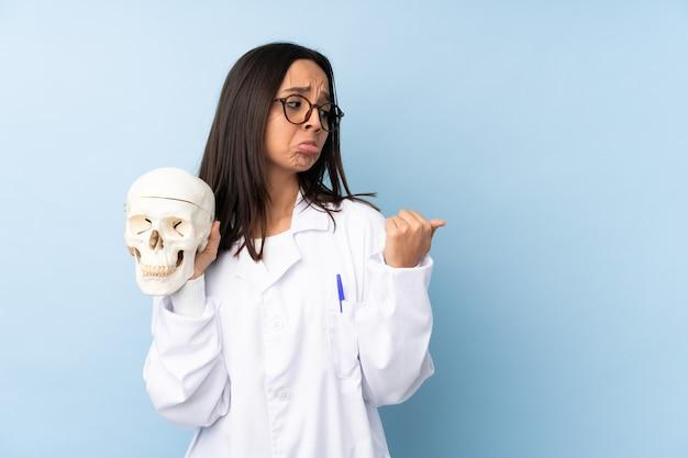 Garota especialista forense da polícia isolada