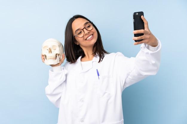 Garota especialista forense da polícia sobre fundo isolado fazendo uma selfie