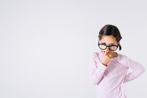 Garota esperta, ajustando os óculos