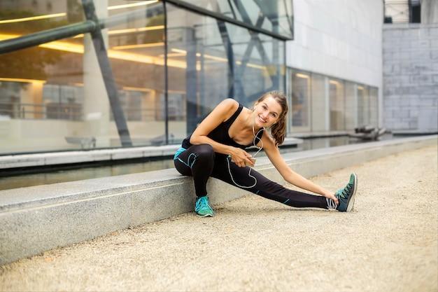 Garota esportiva alongamento na cidade