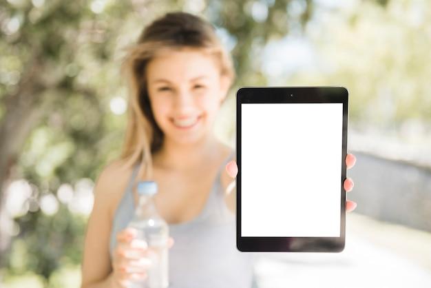 Garota esportiva mostrando tablet