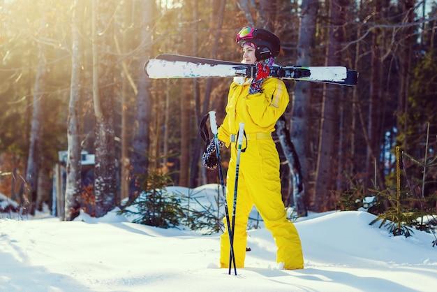Garota esquiador na montanha