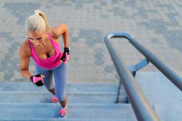Garota está correndo nas escadas da cidade