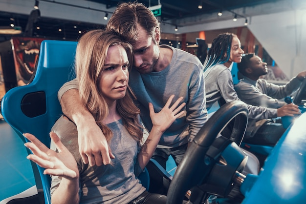 Garota está perdendo, namorado está consolando ela.