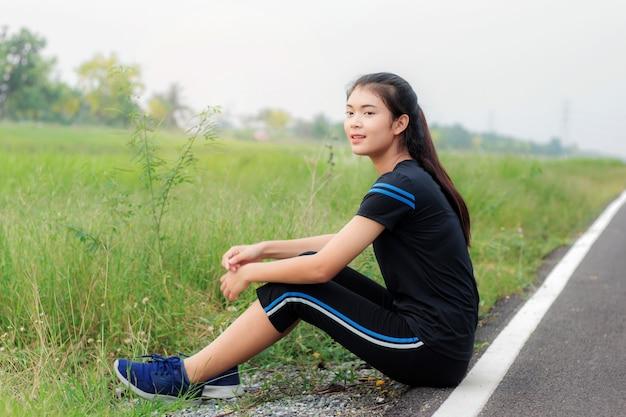 Garota está sentado na estrada.