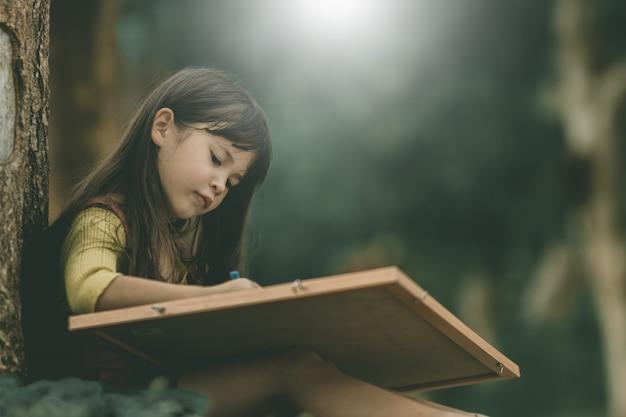 Garota estrangeira aprendendo com feliz de férias.