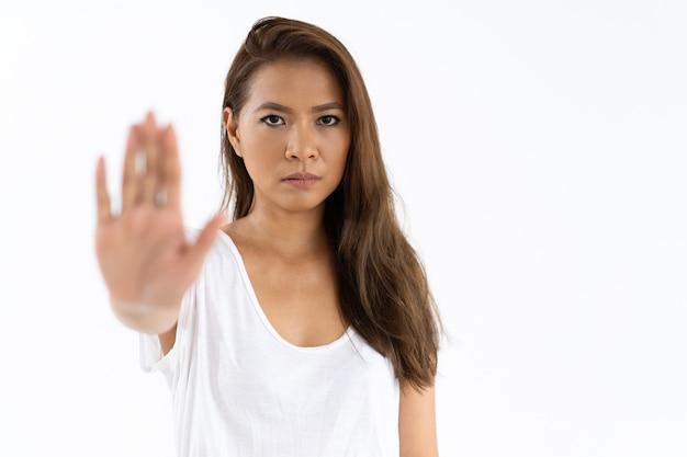 Garota estrita mostrando sinal de stop