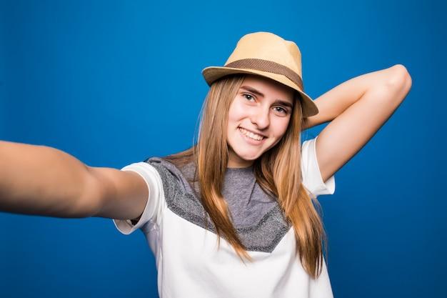 Garota faça uma foto de si mesma e segure o braço esquerdo atrás da cabeça