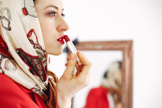 Garota fashionista. mulher em um fundo branco. senhora elegante.