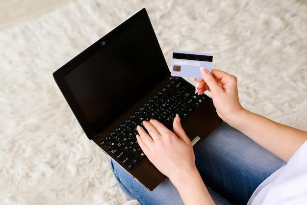 Garota faz compras e pedidos pela internet